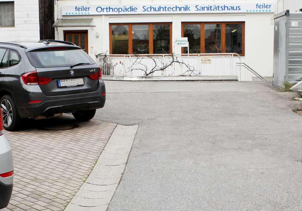 """alt """"Unternehmen Geschichte Hintereingang mit Parkplatz in Deggendorf"""""""